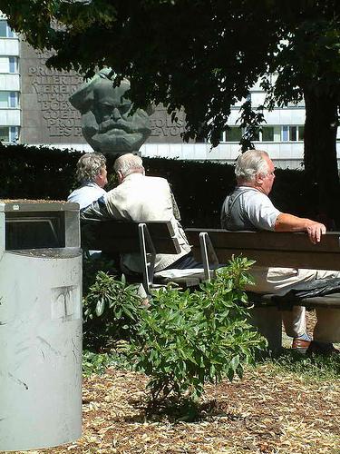 Rentner ruhen am Marx Kopf