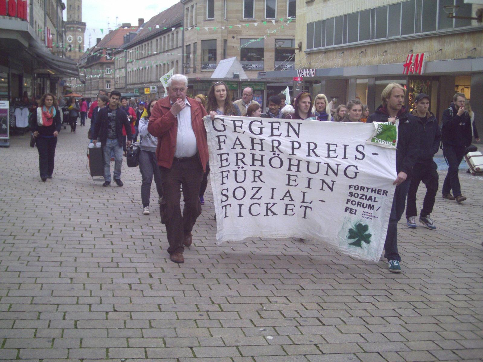 Demonstrationszug der Lärmdemonstration gegen Fahrpreiserhöhung in der Fürther Fußgängerzone